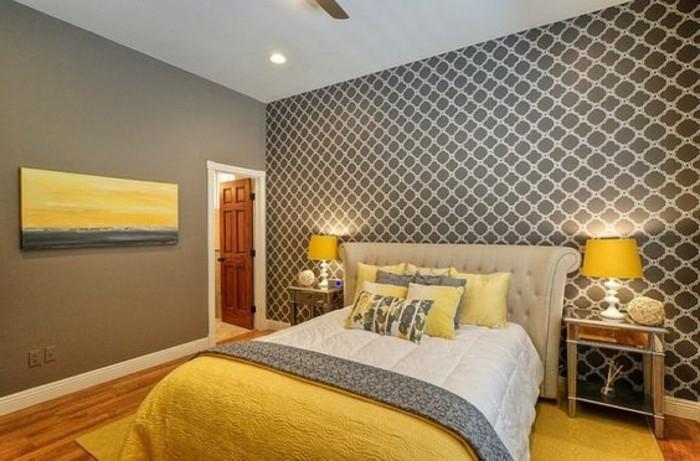 Idea colori da abbinare al grigio, zona notte con pareti decorate, letto e testiera imbottita