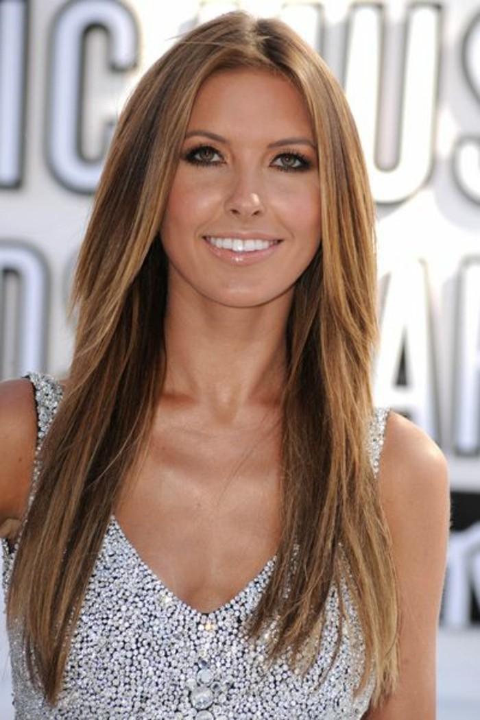 una ragazza sorridente con dei lunghi capelli lisci con dei balayage castano