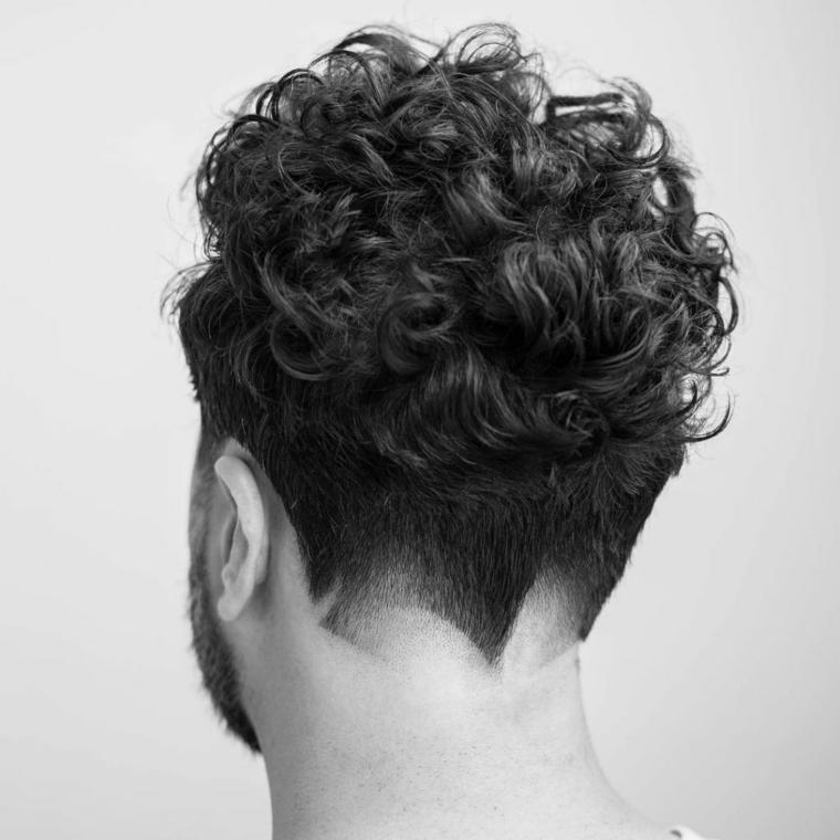 Taglio capelli uomo rasati ai lati, ricci in alto, foto bianco e nera uomo con la barba