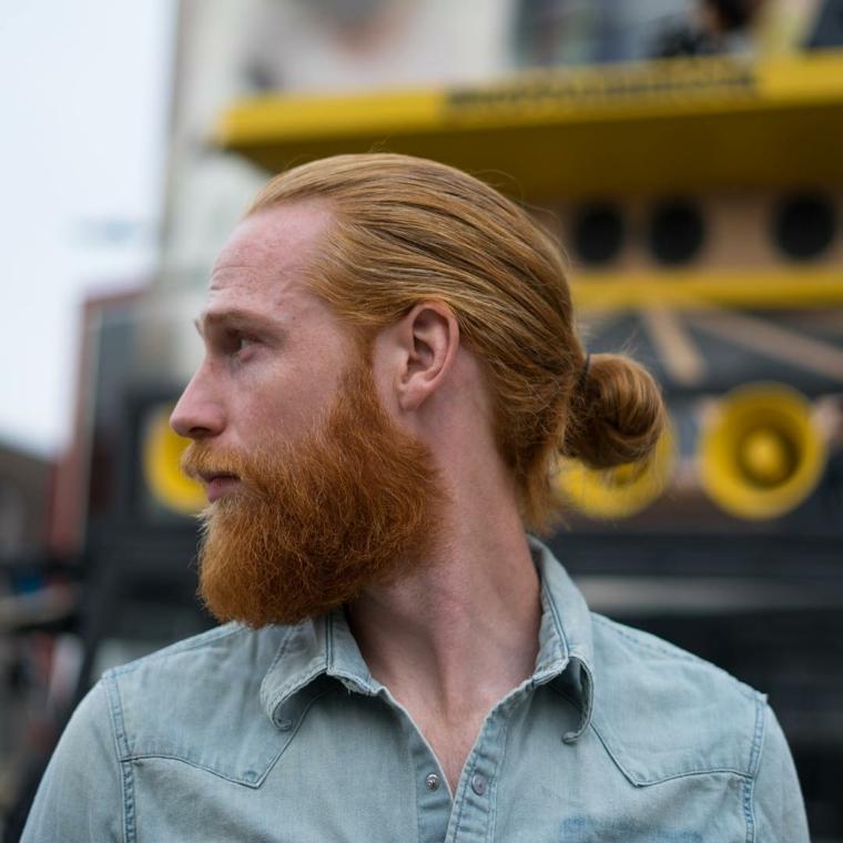 Uomini belli con capelli lunghi di colore biondo, legati indietro, abbigliamento casual