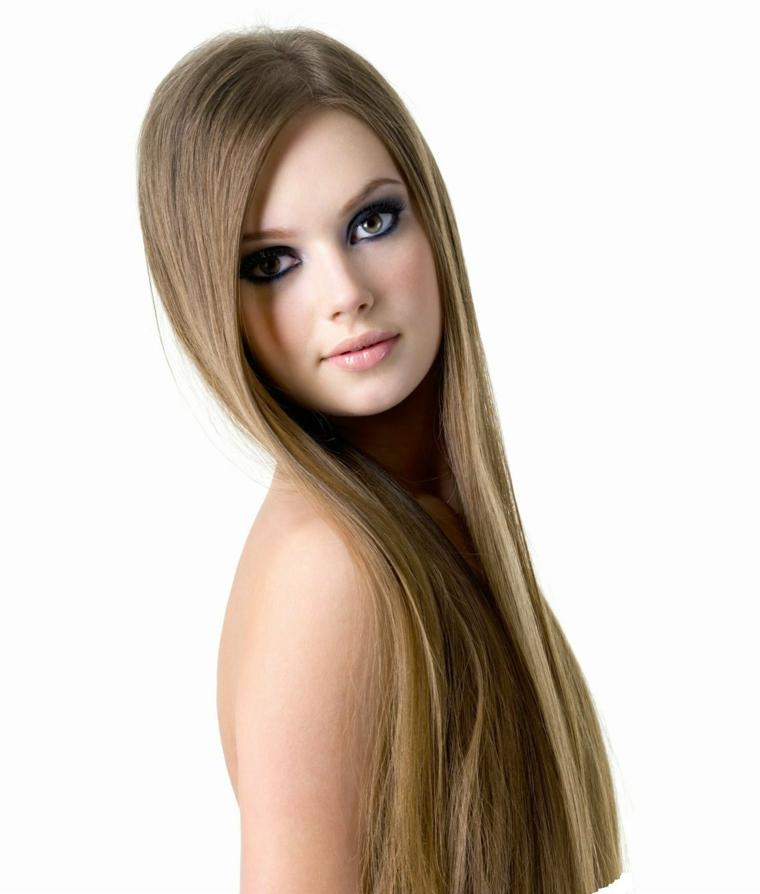 idea per capelli castano chiaro lunghi e lisci, occhi verdi e labbra carnose