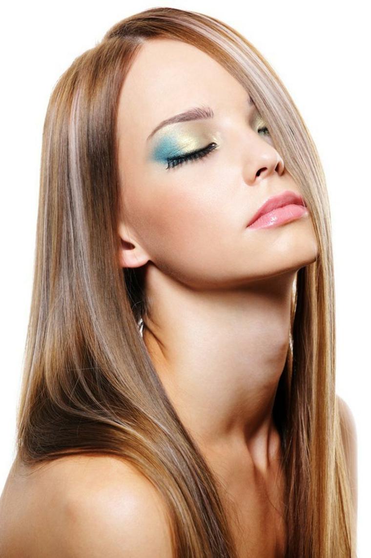 un'idea per delle sfumature capelli castani, acconciatura liscia e make up con ombretto cangiante