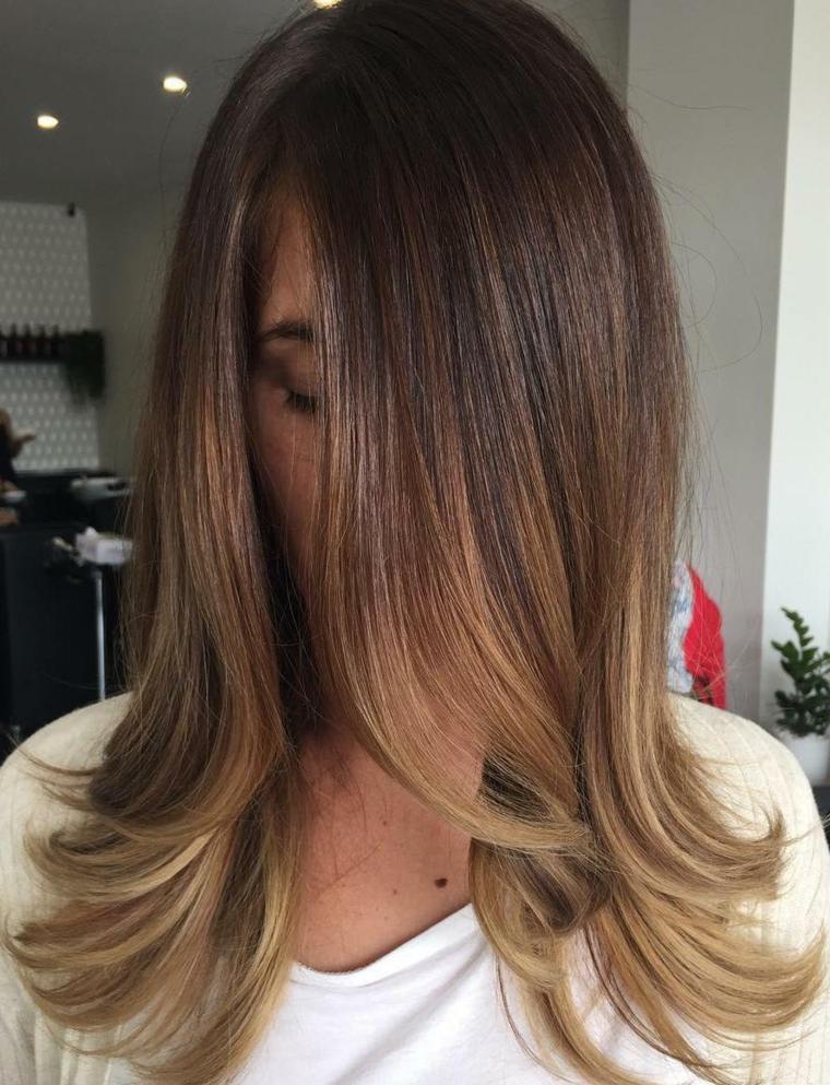 cidea per capelli castano chiaro lunghi e lisci con le punte leggermente mosse