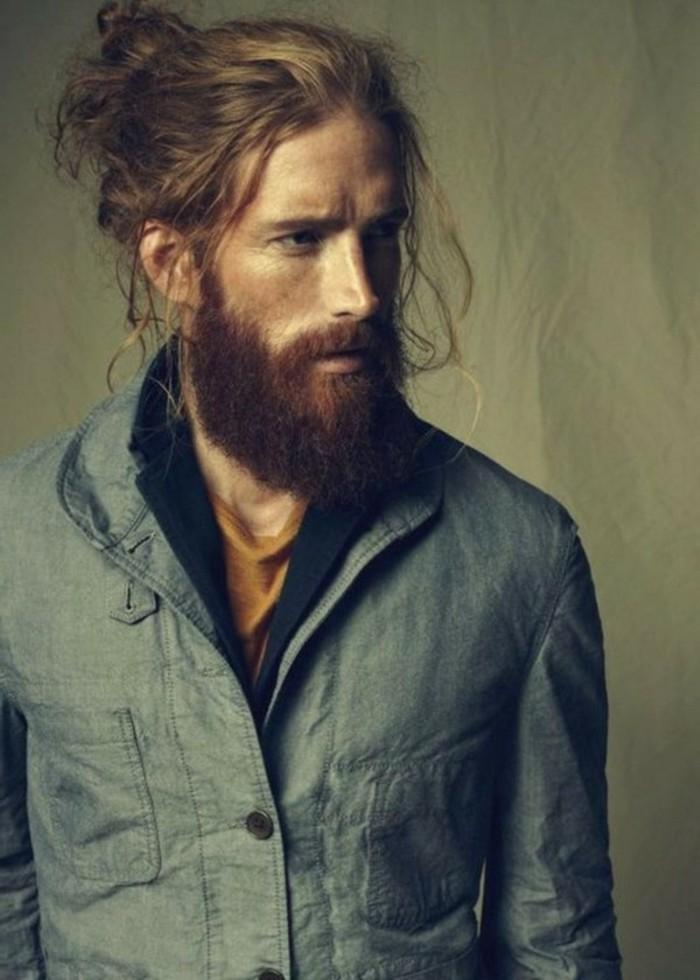 idea per tagli di capelli uomo alla moda, lunghi, raccolti con dei ciuffo sciolti