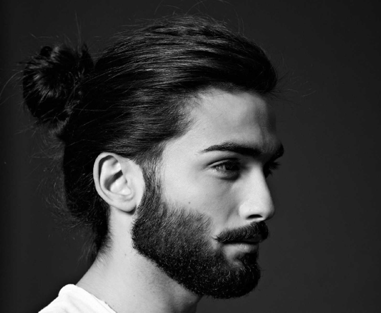 Capelli raccolti uomo, tagli maschili, ragazzo con barba e t-shirt di colore bianco