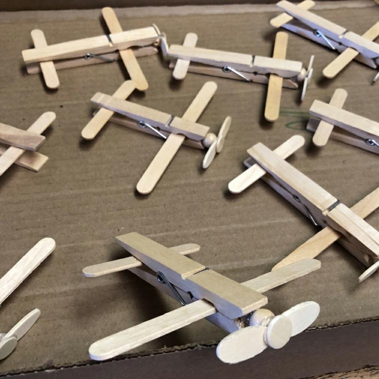 alcune idee festa del papà, degli aeroplani realizzati con delle mollette per il bucato in legno