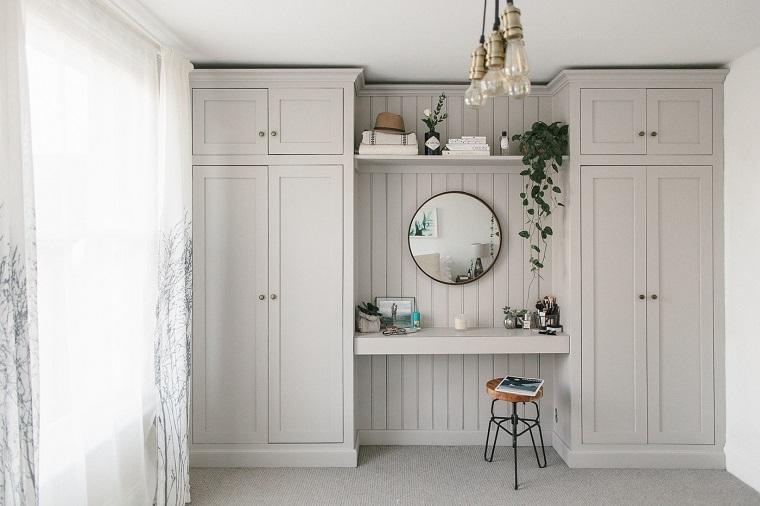 Come arredare casa, parete con armadio di legno, ottimizzare lo spazio, sgabello con seduta in legno