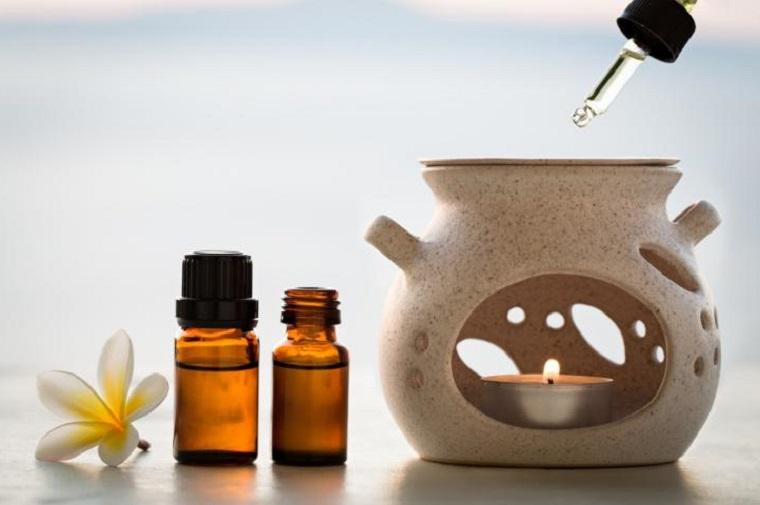 Oli essenziali per diffusori, bottigliette di vetro, candela e pipetta contagocce
