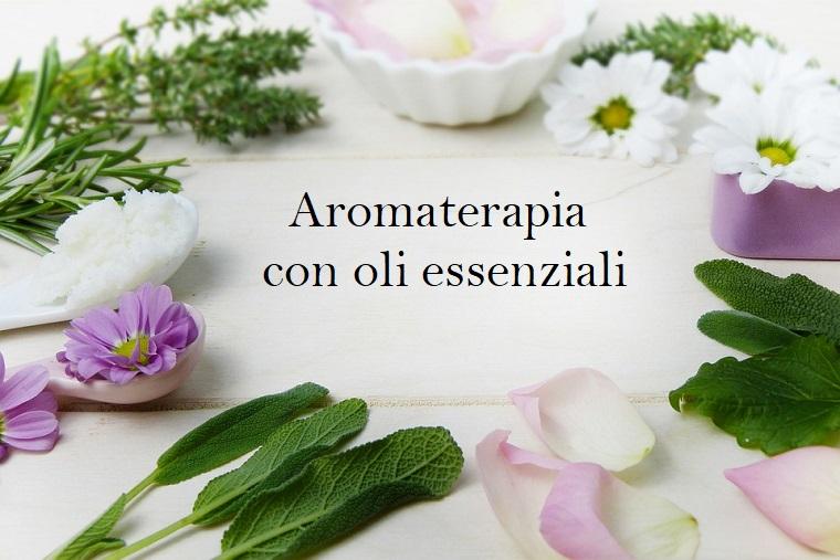 Scritta aromaterapia con oli essenziali, foglie di fiori, petali e piattino bianco