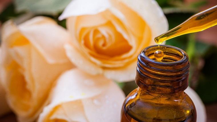Oli essenziali per diffusori, olio di rosa, bottiglietta di vetro con pipetta
