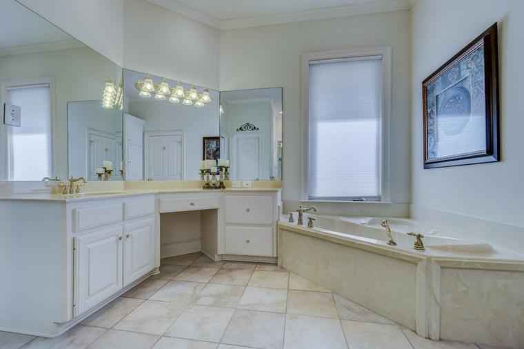 Mobile lungo di legno con specchi, vasca angolare rivestimento di marmo, rivestimenti bagni esempi