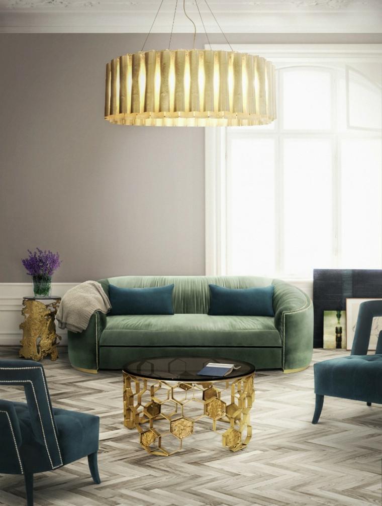 Come arredare casa, soggiorno con un divano in tessuto di colore verde, tavolino rotondo in oro