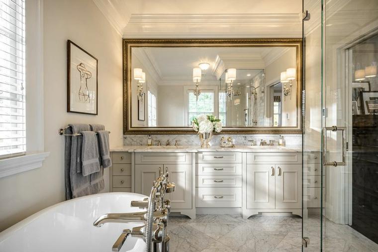 Idee rivestimento bagno, mobile di legno colore bianco crema, specchio grande rettangolare con cornice
