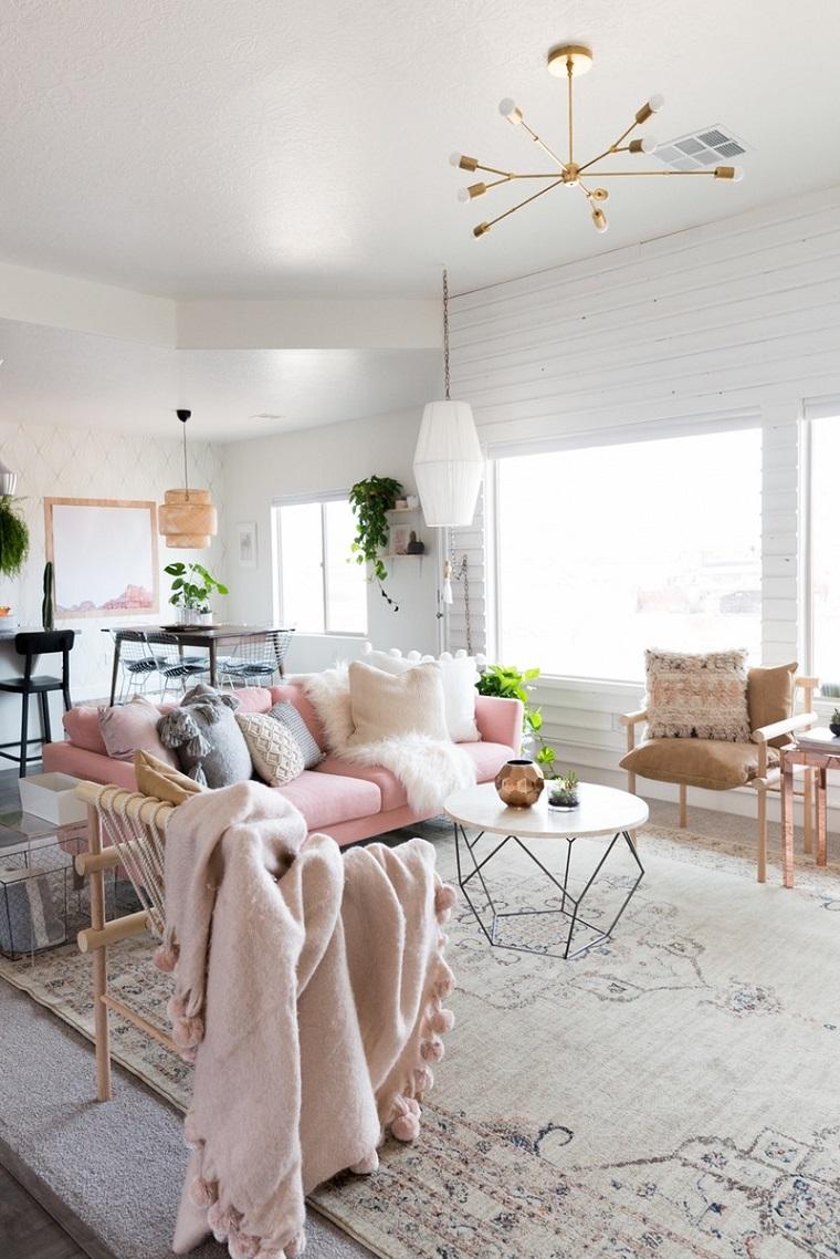 Decora la tua casa, divano decorato con tanti cuscini, pavimento con tappeto di colore chiaro, decorazione con piante
