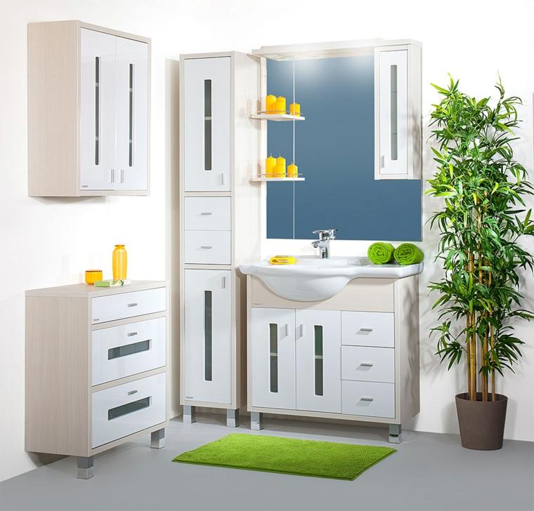 Come arredare un bagno, mobili di colore bianco, decorazioni di colore giallo, parete bianca
