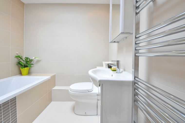 Come arredare bagni piccolo, vasca piccola rivestita di piastrelle diversa forma, lavandino semplice e specchio contenitore