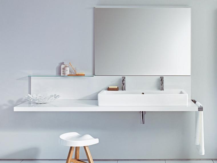 Mobile da parate di colore bianco laccato, lavandino con due miscelatori, specchio e mensola di vetro