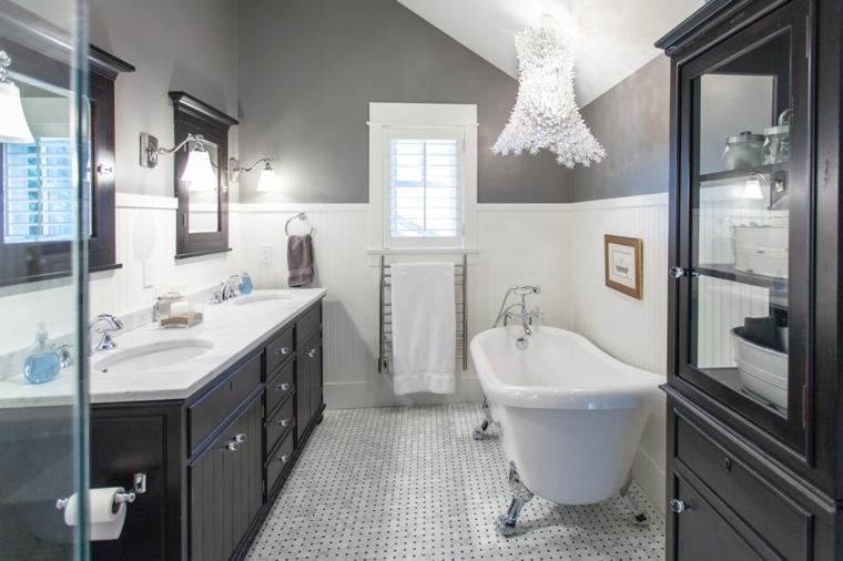 Vasca vintage con gambe di metallo, piastrelle pavimento mosaico, pareti bicolore, lampadario classico