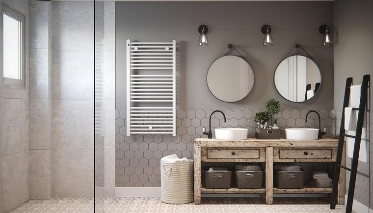 Interni casa, sala da bagno con un mobile di legno e due lavandini, due specchi forma rotonda