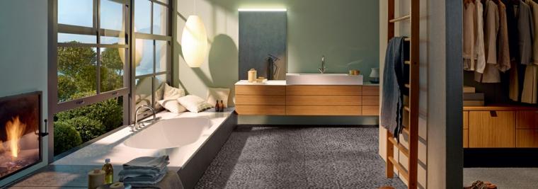 Vasca da bagno con vista, mobile di legno sospeso con lungo lavandino, rivestimenti bagni moderni immagini
