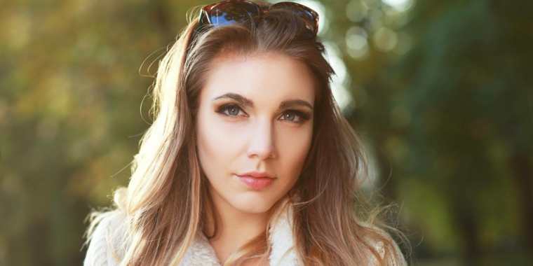 capelli dal colore castano chiaro con una piega liscia al naturale, occhi verse-azzurri
