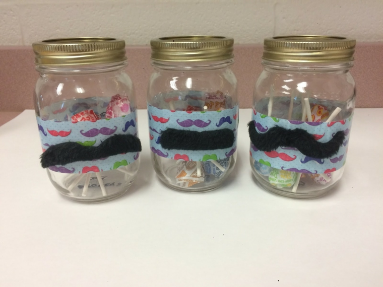 alcune idee regalo per papà originali realizzati con dei barattoli decorati con dei baffi
