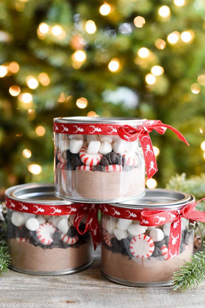 Barattoli di vetro con ingredienti per biscotti, pensierini di Natale, barattolo decorato con nastro
