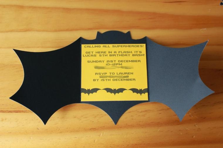 cartoncino giallo e ali nere di batman, idea per inviti compleanno bambini fai da te