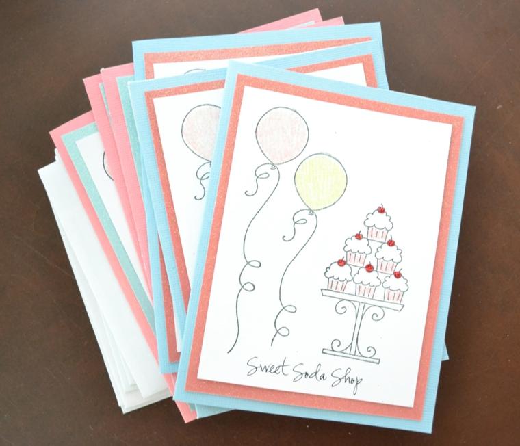 cartoncini bianchi con palloncini e torte decorate come idea fai da te per degli inviti di compleanno bimbi
