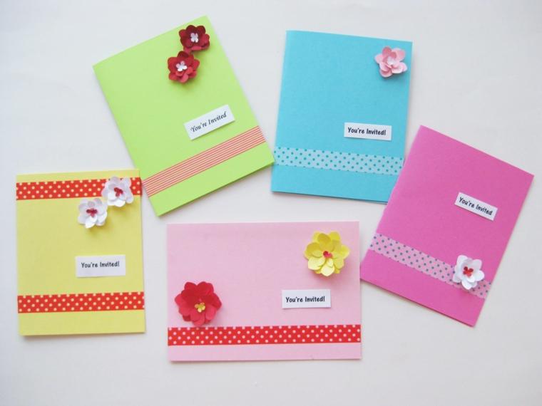 cartoncini colorati e decorati con delle strisce di stoffa colorata e fiori come biglietti di invito alla festa di un bimbo