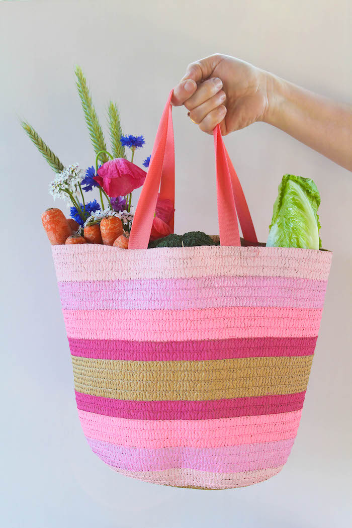 Regalini fai da te, borsa per la spesa di lana colorata, ingredienti e fiori in borsa shopper