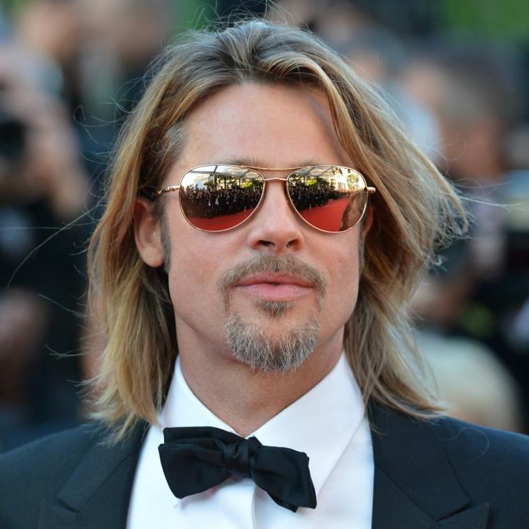 Taglio di capelli uomo, colore biondo con riga al centro, Brad Pitt con occhiali da sole e barba
