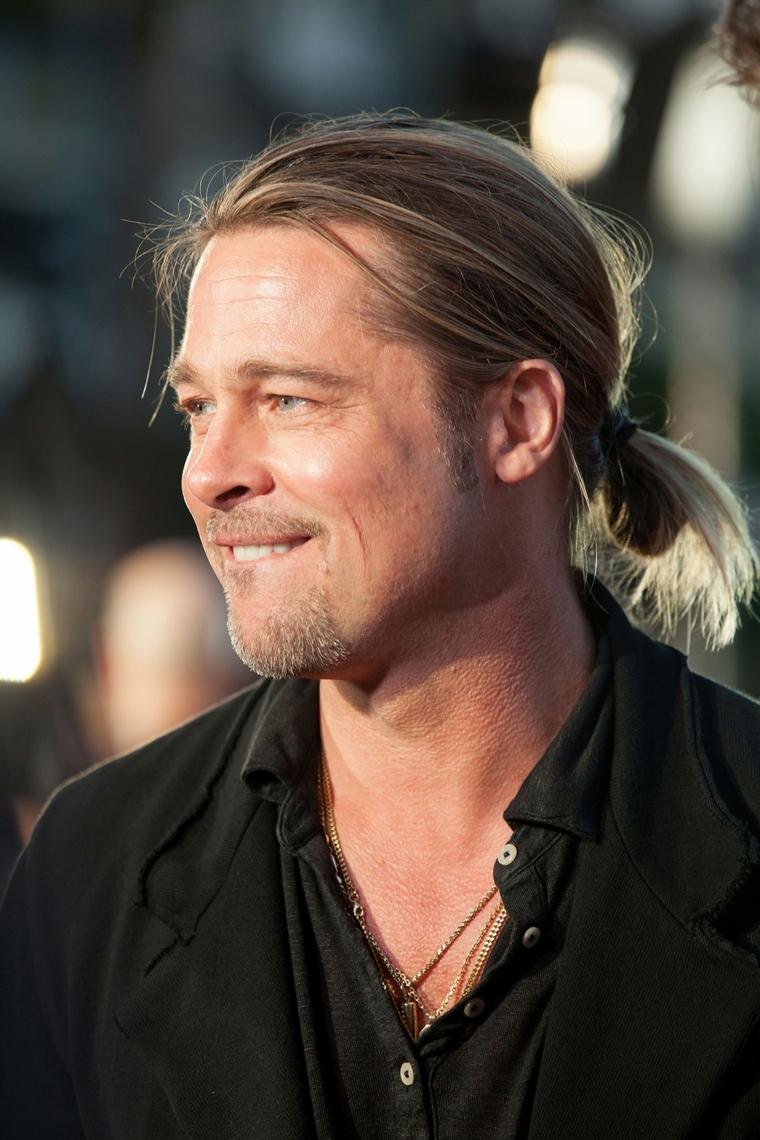 L'attore americano Brad Pitt, capelli lunghi di colore biondo, abbigliamento casual