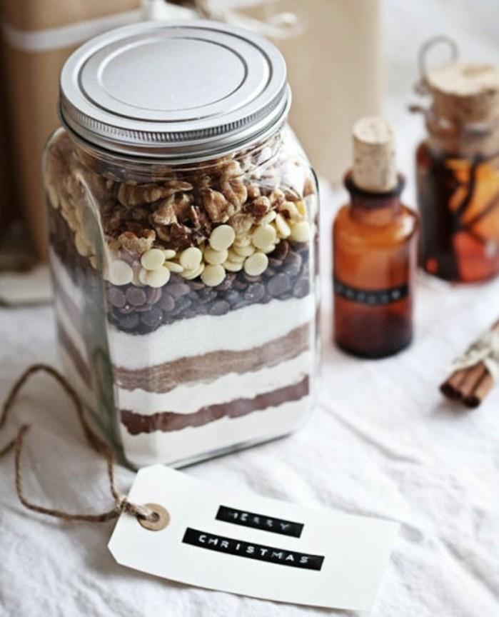 Creazioni fai da te, barattolo con browni all'interno, decorazione con etichetta e bastoncini di cannella