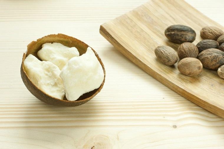 Ingrediente burro di karitè per la crema, tagliere di legno su un tavolo di colore chiaro