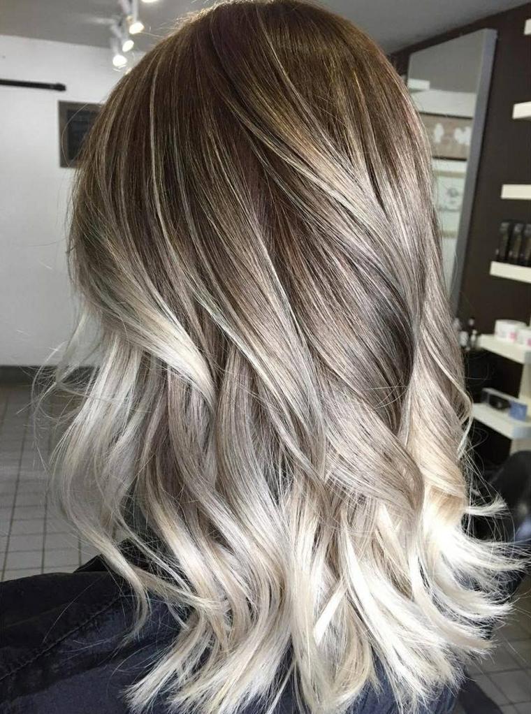 versione di capelli degradè secondo il trend di stagione con morbide onde argento