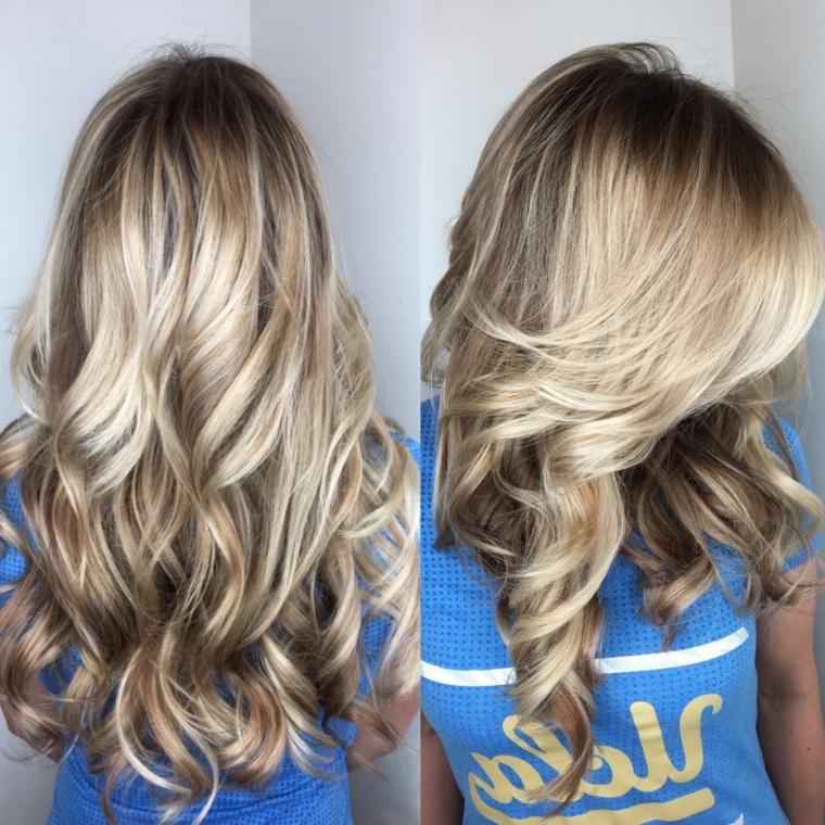 delle sfumature biondo cenere scuro che valorizza e illuminano i capelli lunghi
