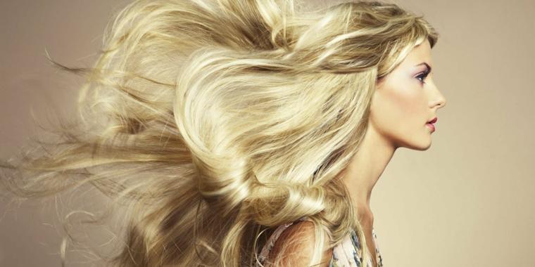 un esempio di balayage capelli molto lunghi biondo dorato, una ragazza di profilo