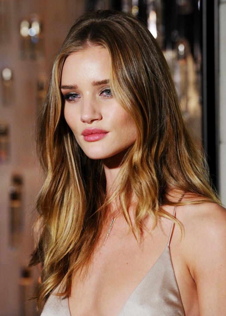 una proposta moda per realizzare dei degradè capelli biondo dorato su base castana