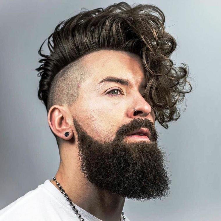 Taglio capelli rasati ai lati, acconciatura pompadour ricci, uomo con barba e orecchini