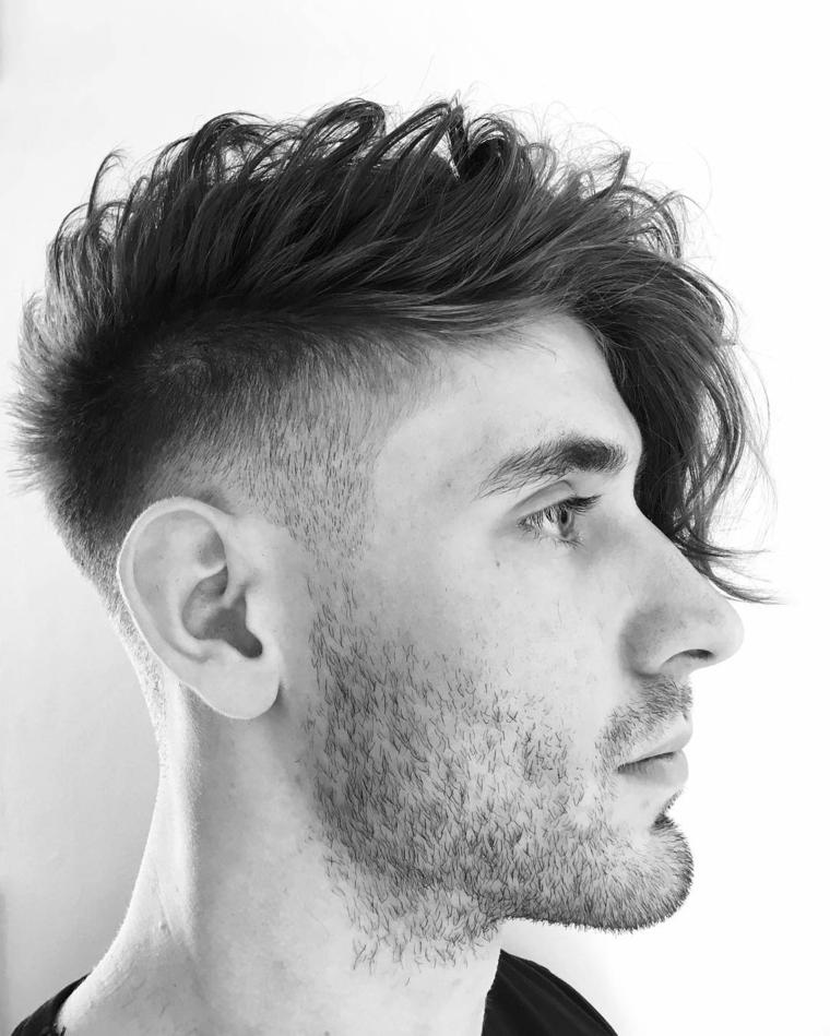 Taglio capelli uomo rasati ai lati, acconciatura pompadour mosso, foto di un ragazzo con viso di profilo