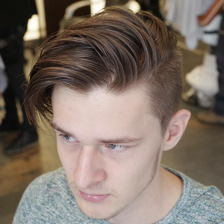 Taglio capelli uomo rasati ai lati, ragazzo con un'acconciatura pompadour