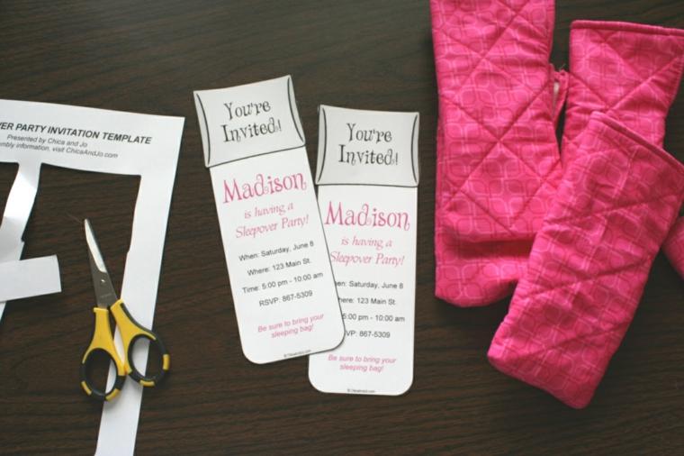 fase che mostra i biglietti invito compleanno da inserire all'interno delle buste di stoffa