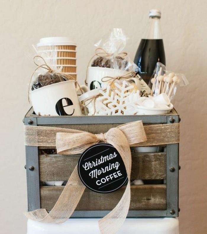 Cesto natalizio con prodotti del caffè, immagini regali da fare, cassetta legno costruzione metallica