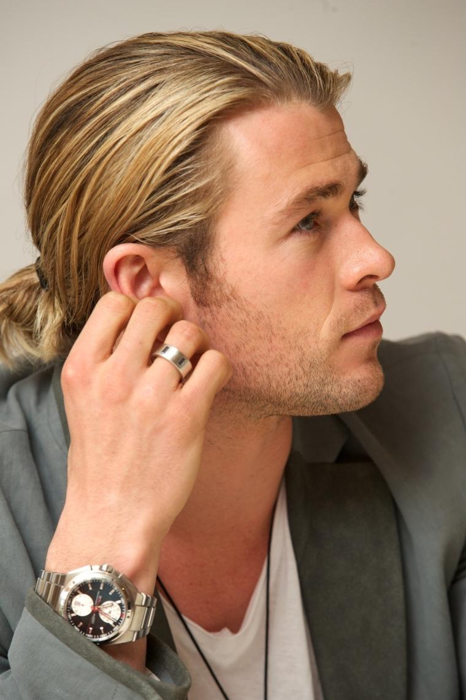 Uomini belli, Chris Hemsworth con capelli lunghi di colore biondo, acconciatura legati