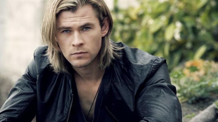 Idea per tagli maschili, l'attore Chris Hemsworth con capelli lunghi di colore biondo