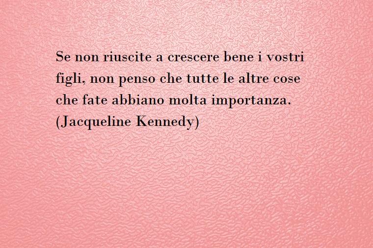 Frase di Jacqueline Kennedy per la donna, auguri festa della mamma, sfondo foto rosa