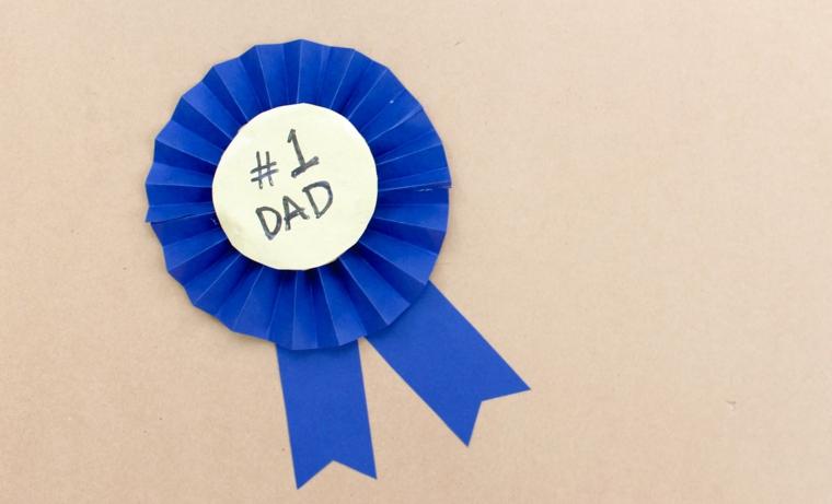 idea festa del papà lavoretti, una coccarda blu con una dedica all'interno