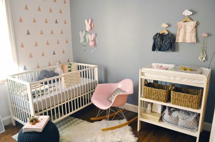 Cameretta per neonato, tortora colore per le pareti, pavimento in legno, tappeto bianco in pelliccia