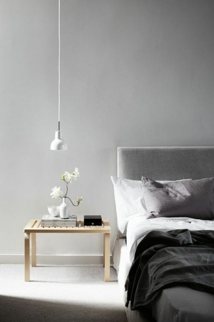 Come abbinare i colori dei mobili e le pareti, comodino tavolino in legno, pavimentazione colore chiaro